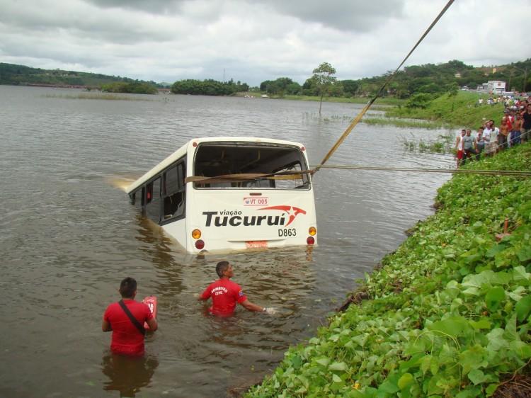 onibus-cai-lago-tucurui_portal-tailandia~1
