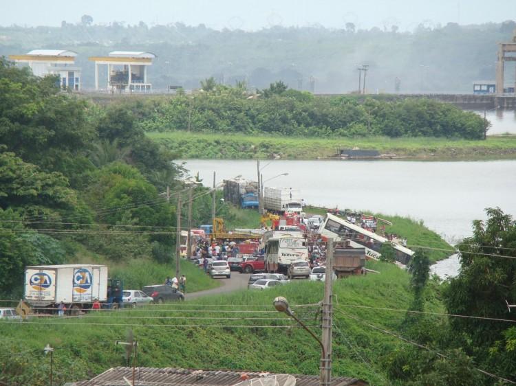 onibus-cai-lago-tucurui_portal-tailandia2~1