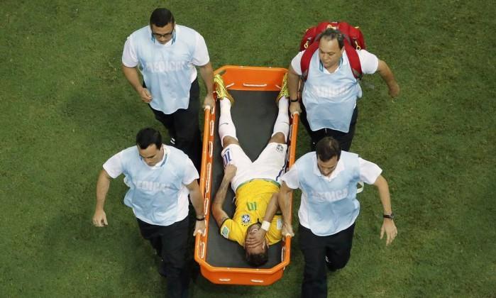 Chorando, Neymar deixa o campo de maca - FABRIZIO BENSCH / REUTERS