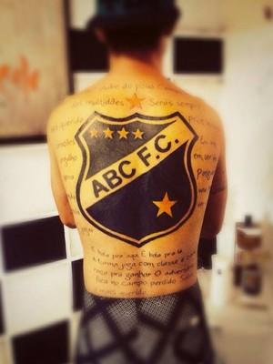 Torcedor do ABC faz tatuagem gigante para homenagear o clube (Foto: Arquivo pessoal)
