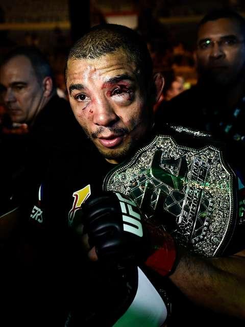 José Aldo deixa o octógono com o cinturão e cicatrizes da batalha Foto: Buda Mendes / Getty Images