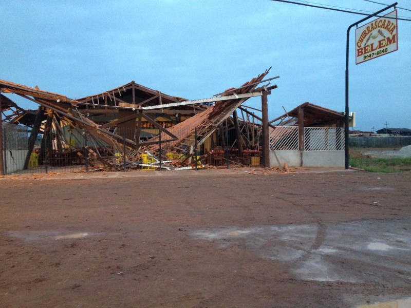 Teto da churrascaria completamente destruído (Foto: Josenaldo Junior/Portal Tailândia)