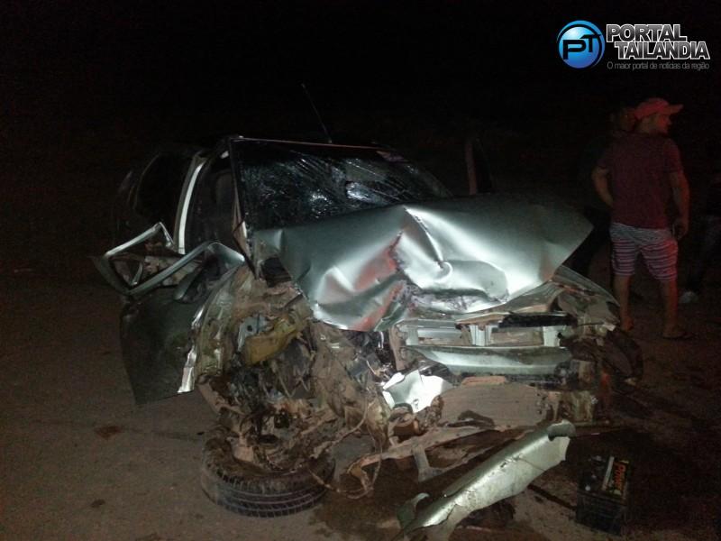 Frente de um dos veículos ficou totalmente destruída (Foto: Josenaldo Jr./Portal Tailândia)