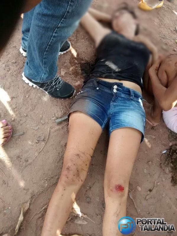 A criança só teve escoriações leves, mas a senhora aparentemente, bateu a cabeça e o ombro.
