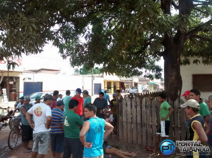 Populares logo se aglomeraram no local do acidente