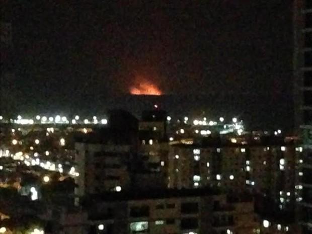 As chamas se alastraram em área de Barcarena e foi possível ver o fogo de Belém. (Foto: Maurício Nascimento/ Arquivo pessoal)