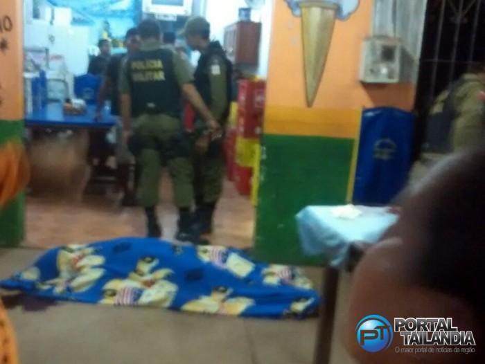 Corpo foi coberto enquanto policiais avaliavam o local (Foto: Cleuton Soares)