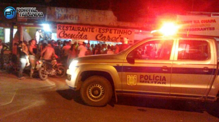 Populares logo cercaram o local do homicídio (Foto: Cleuton Soares)