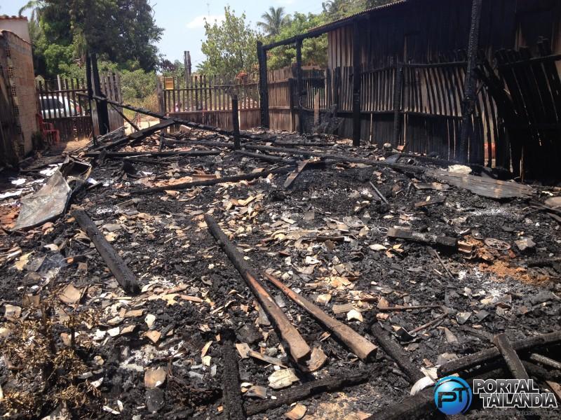 Casa ficou totalmente destruída pelo incêndio (Foto: Josenaldo Jr / Portal Tailândia)
