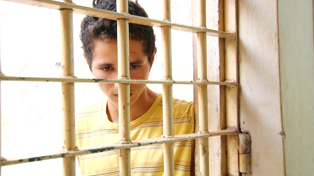 Maike Cardoso de 18 anos foi preso pela Polícia Militar preso por roubo de moto (Foto: BMTV)