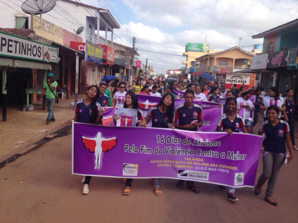 Estudantes e mulheres vindas de diversas partes do município participaram da passeata