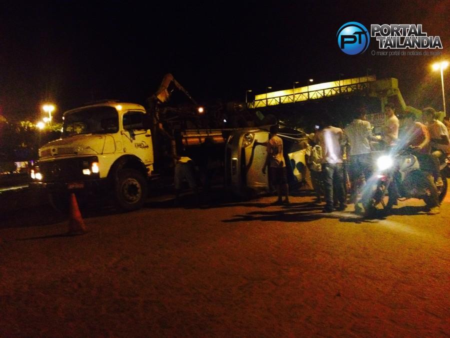Carro envolvido em acidente sendo removido ainda na noite de domingo