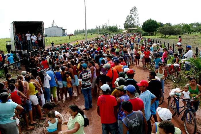Cerca de 5.000 pessoas foram atrás de cestas básicas distribuídas pelo prefeito