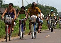 Alguns enfrentaram mais de 5 km a pé ou 10 km de bicicleta para chegar ali e disputar 3.500 cestas básicas