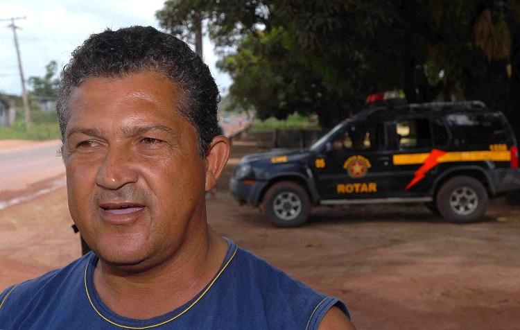O corretor de vendas de madeira Daniel Monteiro, 48 anos, diz não ter o que fazer com o fechamento de madeireiras e serrarias da cidade Foto: Wilson Dias/Abr
