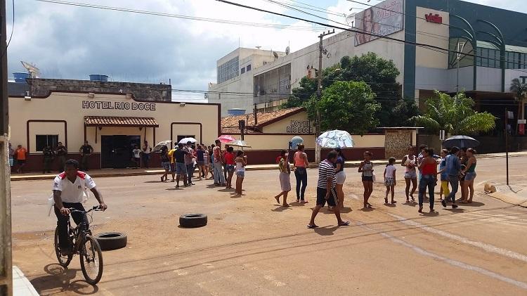 Moradores do bairro Santa Isabel, em Tucuruí, sudeste do Pará, foram às ruas e fecharam a Rua Lauro Sodré em protesto devido ao alagamento no bairro. (Foto: Wellington Hugles)