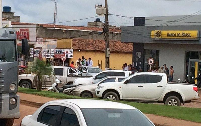 Os assaltantes fugiram em uma caminhonete após render funcionários e clientes do Banco do Brasil em São Félix do Xingu. (Foto: Reprodução/Twitter)