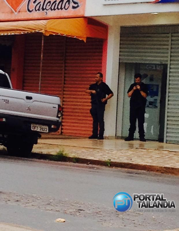Agentes da Polícia Federal durante a Operação Rastreio desencadeada em Tailândia (Foto: portal Tailândia)