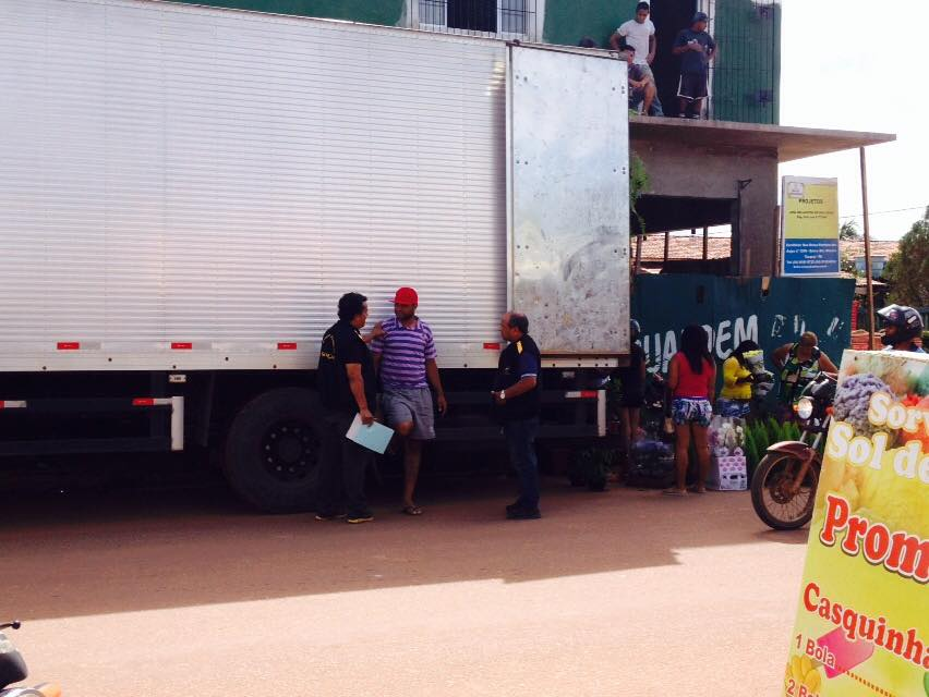 Fiscais abordam o responsável pelas vendas (Foto: Portal Tailândia)