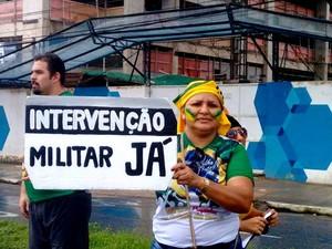 Manifestante carregada um cartaz que pedia a volta da ditadura. (Foto: Alexandre Yuri/ G1)