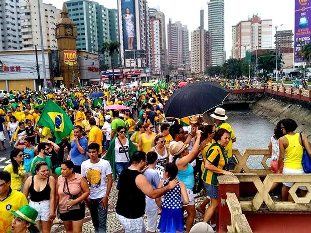 Manifestantes seguem rumo à avenida Visconde de Souza Franco (Foto: Alexandre Yuri/ G1)