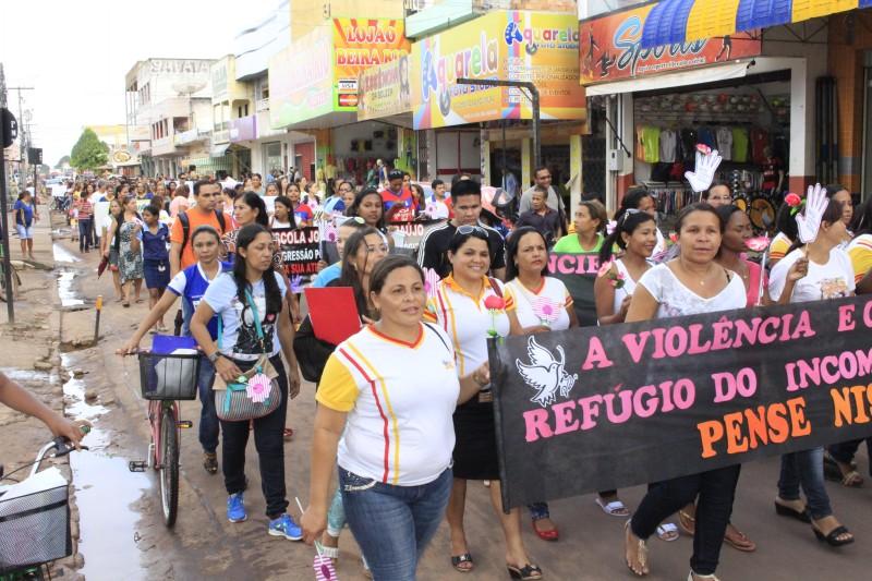 Dezenas de pessoas foram às ruas pedir o fim da violência contra profissionais da educação