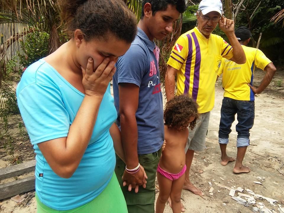 Casa ficou completamente destruída e moradores lamentam na Vila São Benedito, em Tailândia (Foto: Lions Clube)