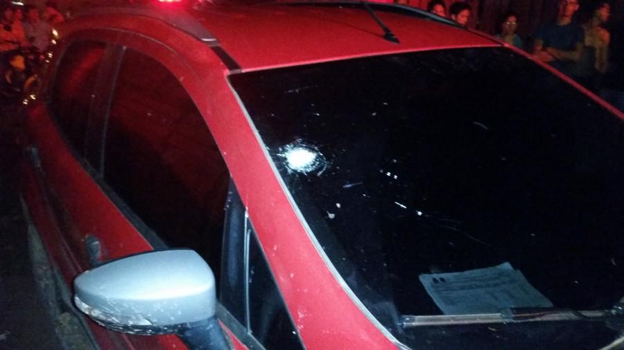 Carro com perfuração de bala no vidro, pelo que observaram policiais a bala foi disparada de dentro para fora do veículo. (Foto: Portal Tailândia)