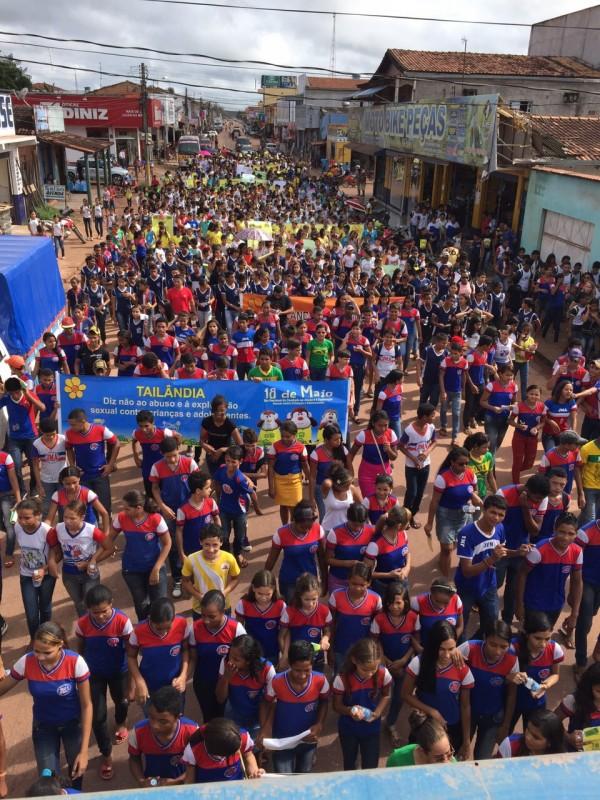 Centenas de alunos foram às ruas de Tailândia pelo fim da violência da Exploração Sexual de Crianças e Adolescentes (Foto: reprodução)
