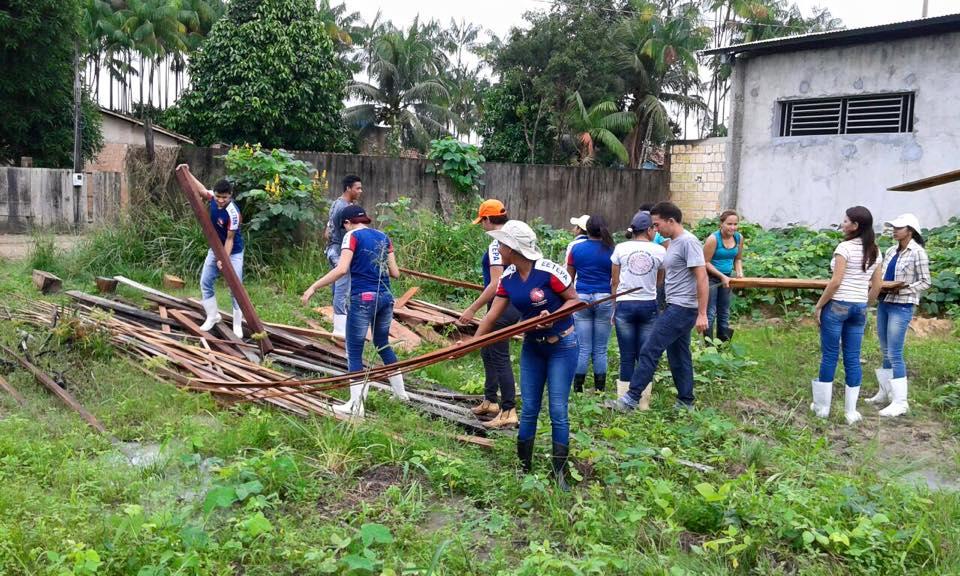 Alunos do curso técnico em Agropecuária 2015 trabalhando na horta escolar (foto: EETEPA/Tailândia)
