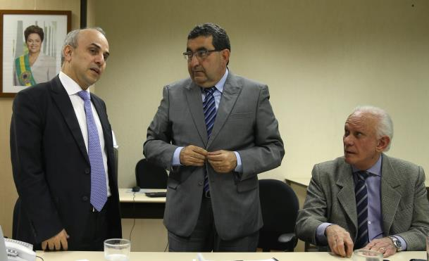 O secretário Adnan Demacki (c) apresentou o projeto a Tarcísio Godoy (e), que disse que vai analisar a ideia, tendo por base questões técnicas e federativas