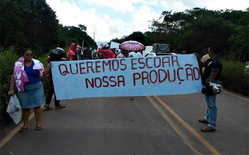 A principal reclamação dos manifestantes é o excesso de buracos e lama nas rodovias da região, que prejudica a circulação de veículos. (Foto: internauta Welton Moraes)