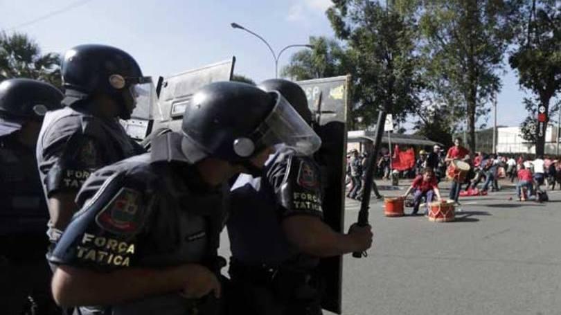 Policiais da Força Tática da PM durante tumulto, mais cedo, na Zona Leste de SP