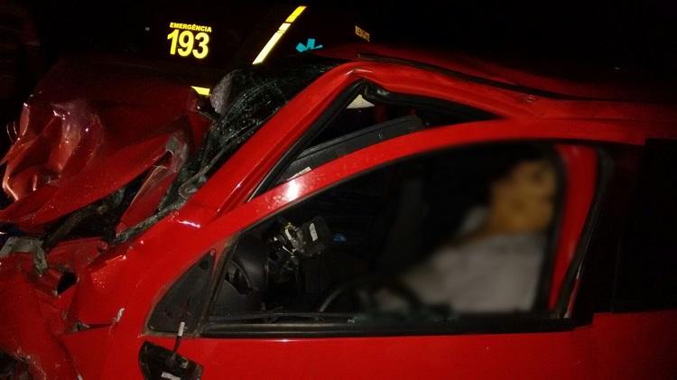 A frete do veículo ficou totalmente destruída