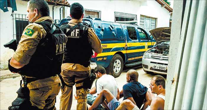 Presos em operação conjunta da PRF, PM e PF foram flagrados fazendo a divisão da mercadoria roubada