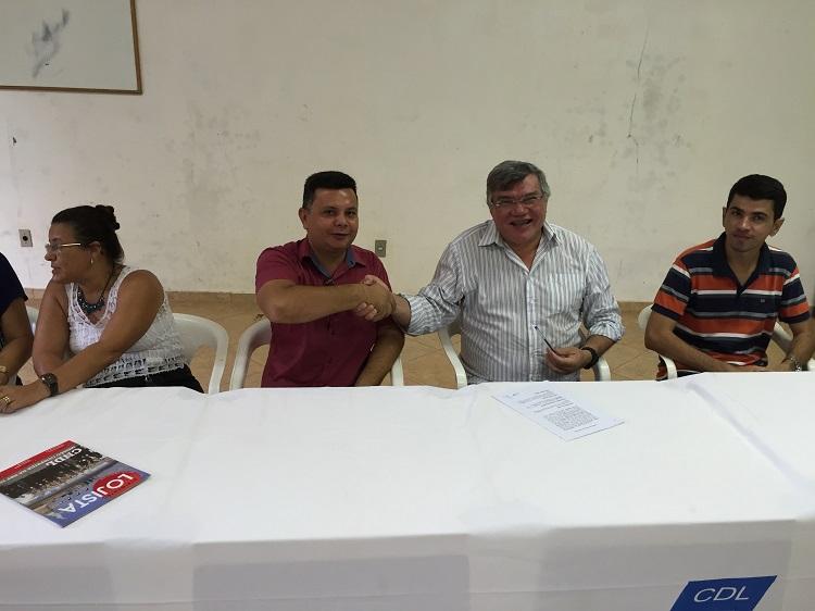 O presidente do Sindicato do Comércio, Flávio Medeiros e o superintendente do Sesc, Marcos Cézar Silva Pinho na assinatura do convênio. (Foto: Portal Tailândia)