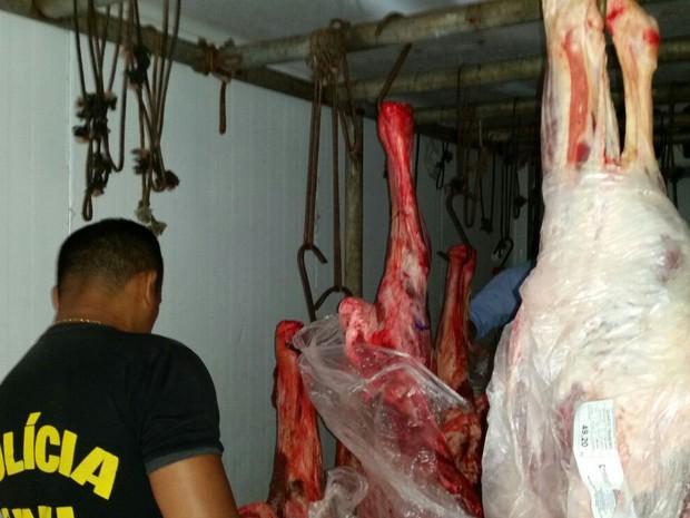 Carne foi abatida de forma clandestina e por isso foi apreendida. (Foto: Divulgação/Polícia Civil)