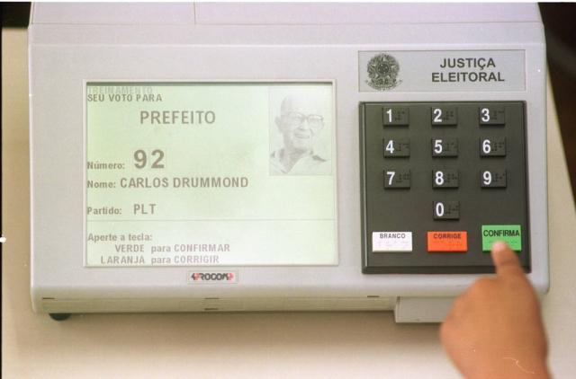 A portaria desta segunda não explica os motivos que inviabilizarão o uso das urnas eletrônicas no ano que vem. (foto: divulgação)