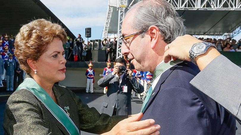 Dilma Rousseff condecora Eduardo Cunha durante cerimônia comemorativa do Dia do Exército