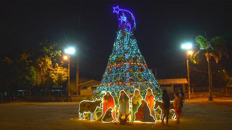 Principal árvore de Natal da Praça do Povo (Foto: Lucas Felipe)