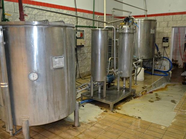 Fábrica comercializa cerca de 20 mil litros do produto no Vale do Jurá (Foto: Anny Barbosa/G1)