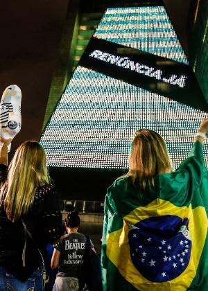 "Prédio da Fiesp, na avenida Paulista, estampa os dizeres ""Renúncia já"""