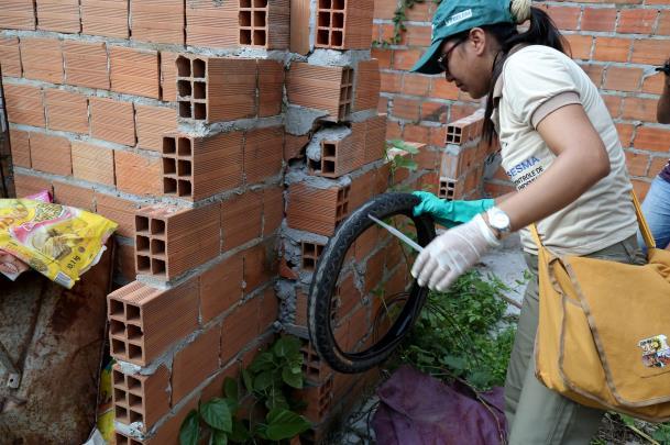 Cabe aos municípios executar ações contra a dengue. Uma delas é colocar agentes de controle de endemias nas ruas para visitas domiciliares.