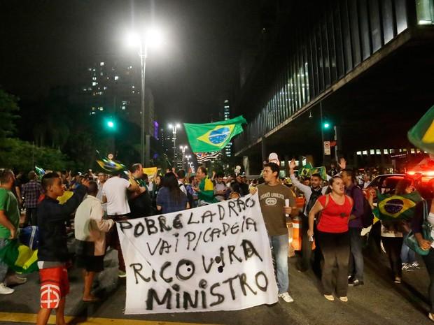 Pessoas realizam um protesto na avenida Paulista contra a nomeação do ex presidente Luiz Inácio Lula da Silva como ministro da Casa Civil do governo Dilma Rousseff, durante a noite desta quarta (Foto: Nelson Antoine/FramePhoto/Estadão Conteúdo)