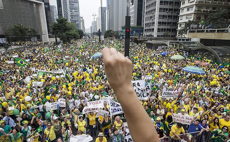 Manifestantes protestam contra o governo da presidente Dilma Rousseff na avenida Paulista (foto: Marlene Bergamo/Folhapress)