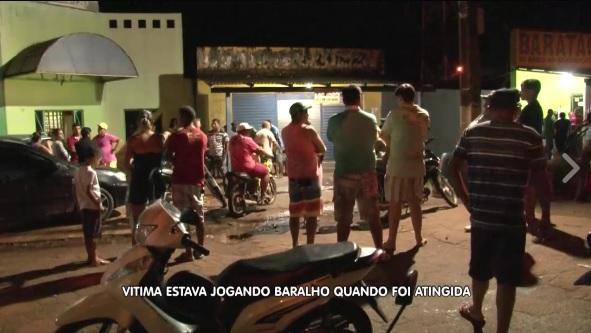 Populares logo cercaram o local do crime (foto: BMTV)