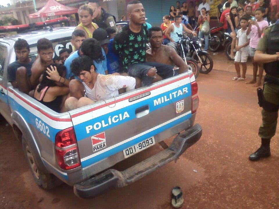 A carroceria da viatura da Polícia Militar ficou lotada (foto: divulgação Facebook)