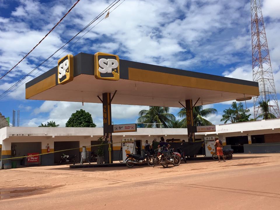 Na foto, um dos postos do empresário aparece fechado neste domingo e com uma faixa de luto. (foto: Rhaianne Lima/Portal Tailândia)