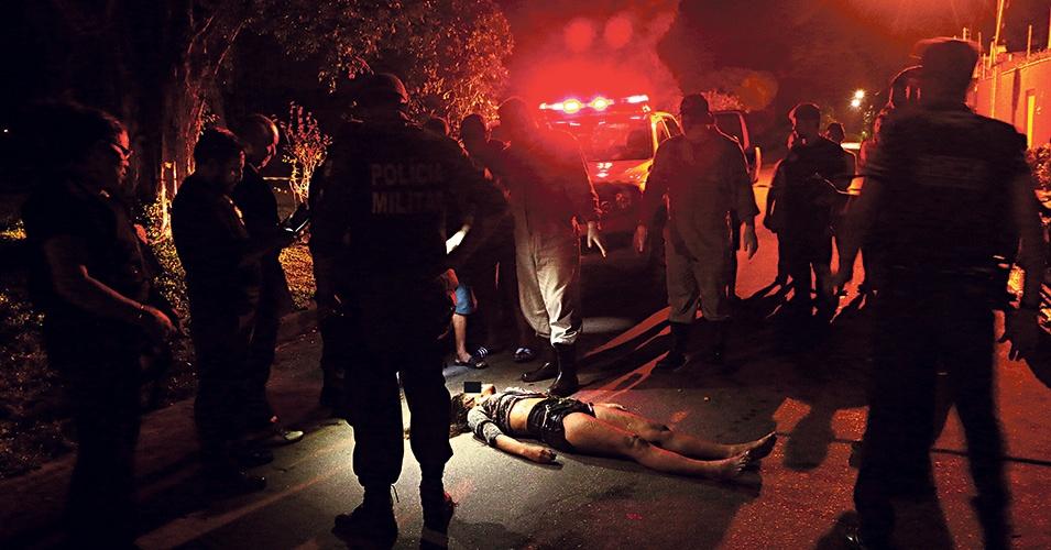 Jovem sem identificação foi assassinado com 20 facadas. Seu corpo foi desovado no bairro do Paar. (Foto: Wagner Almeida/Diário do Pará)