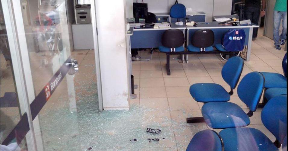 Os funcionários do banco e clientes se abaixaram dentro da agência, enquanto os assaltantes pegavam o dinheiro que estava nos caixas. Imagem: Via WhatsApp